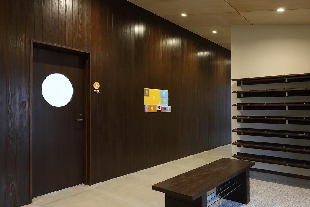 エントランス、共用部の壁面は外壁と同じ杉板