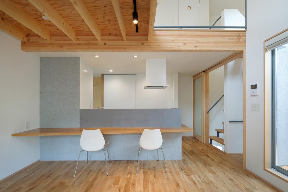 2階ダイニングカウンター、左の壁は木繊板