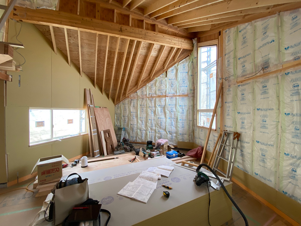 0626 壁の断熱材と石膏ボードの施工始まる